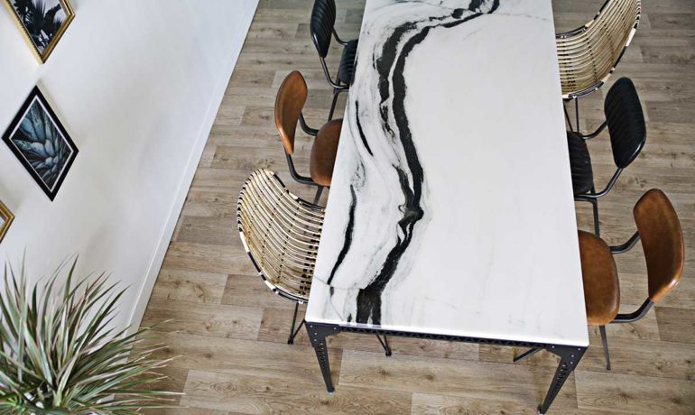 table-repas-Chloe-marbre-et-acier-770x460